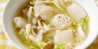 風邪予防に!ポカポカ温まる「 れんこん団子 の野菜スープ」レシピ