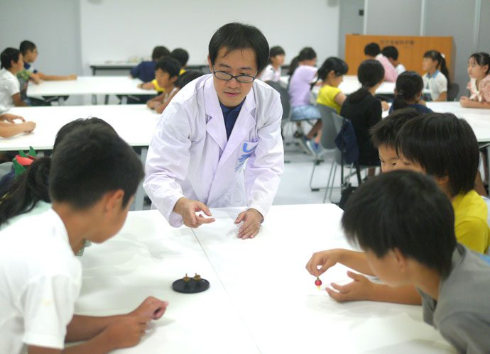東芝未来館 コマ博士の科学体験イベント「色が変わるカラフルコマを作ろう!」