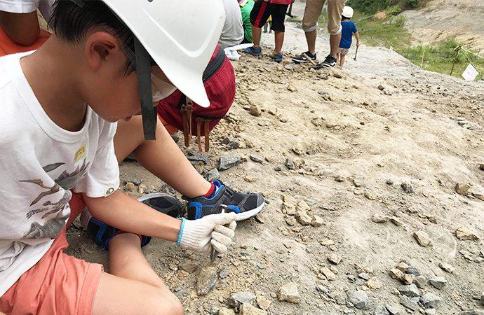 化石発掘体験の様子・福島県 アンモナイトセンター