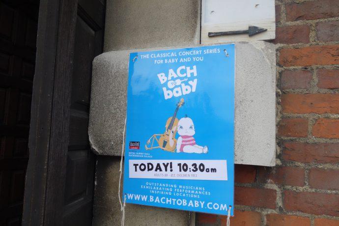 「Bach to Baby」の入り口のポスター